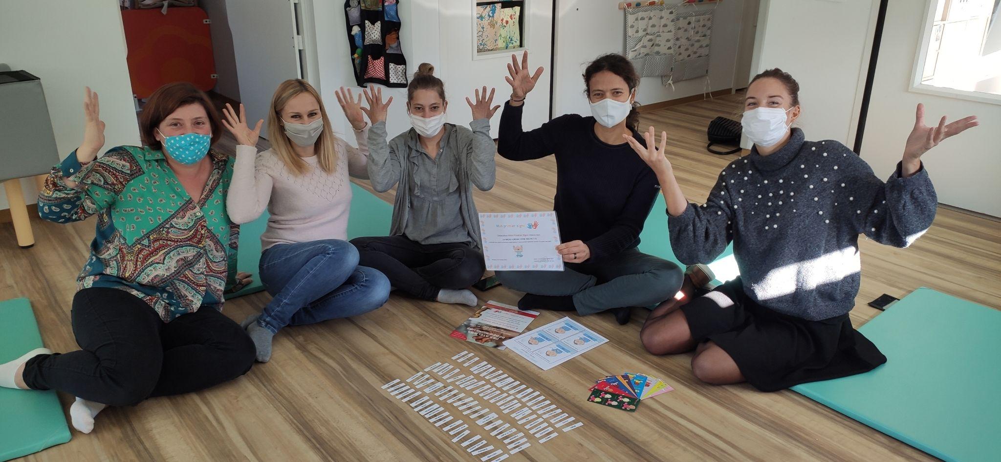 formation-langue-signes-equipe-l-abri-des-petits-labridespetits-creche-genech-templeuve-pevele-59242-ecologie-montessori